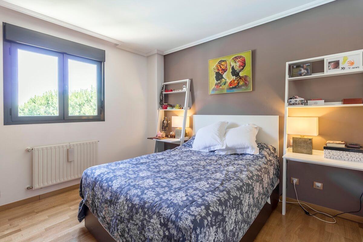 Dormitorio principal del bajo con jardín en Las Mercedes
